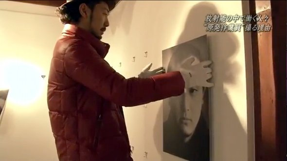 Obara Kazuma hangs photograph at Osaka exhibition